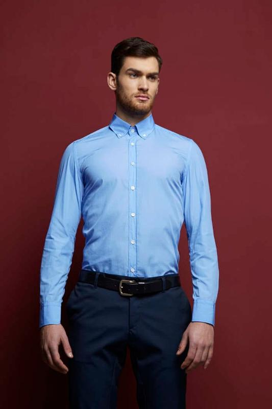 Poplin dress shirt entirely designed and made in Italy with Italian fabric. Details such as the mother of pearl buttons, the chicken foot stitch, the rotated sleeve further enrich the collection.