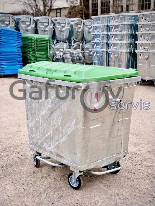 Metal waste container with flat plastic lid