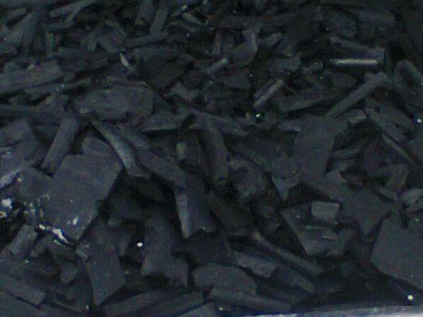 Так выглядит продукт, производимый нашей компанией. Древесный уголь в последствии фасуют в мешки по 2-3 кг. Однако возможна и фасовка в другую тару, по желанию заказчика.