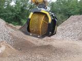 Godet cribleur pour pelles de 05 à 70 tonnes. Granulométrie entre 20 et 120 mm. Système de criblage très simple d'entretien et permettant de travailler des produits humides et mouillés. www.discri.com