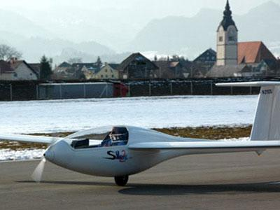 """Silent, planeur ultra-léger italien se mue en électrique. D'une masse au décollage de 300 kg, sa finesse dépasse 40, et son hélice se replie dès l'arrêt du moteur. Vous avez dit """"Aviation verte ?"""""""