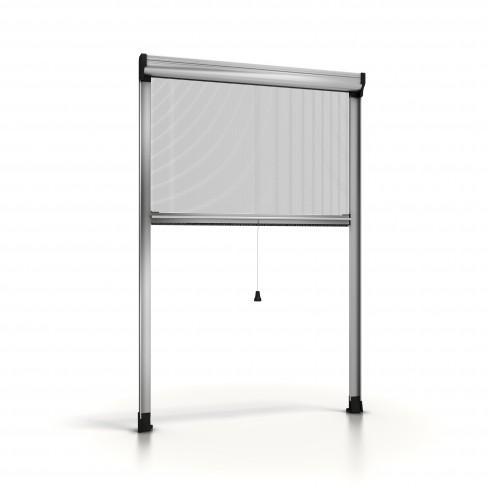 Moustiquaire enroulable en aluminium SILVER.01, avec une toile en fibre de verre.Elle a une manœuvre avec ressort de rappel qui permet d'ouvrir  et fermer toute la toile