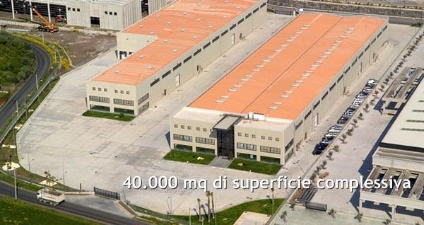 40.000 mq con tre fabbricati industriali aventi una superficie coperta complessiva di oltre 16.000 mq, di cui 2.000 destinati ad uffici e centro di comunicazione e formazione.
