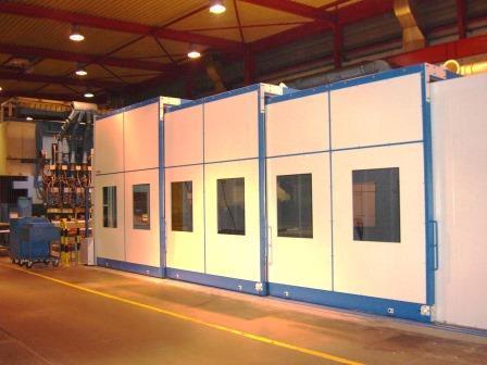 Encoffrement acoustique amovible , autour d'un poste de détourage de profilés aluminium pour l'industrie aéronautique.