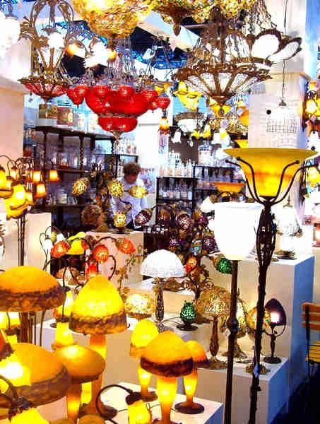 Création Tief propose dans sa collection des lampes design  en pâte de verre, lustres en pâte de verre, appliques en pâte de verre et lampadaires en pâte de verre Tel. : + (33) (0)2 35 93 47 20.