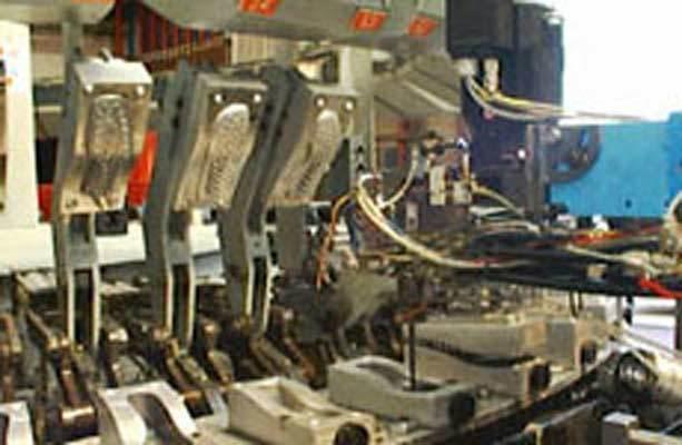 Le macchine di stampaggio prelevano i due componenti e li convogliano ai propri serbatoi.