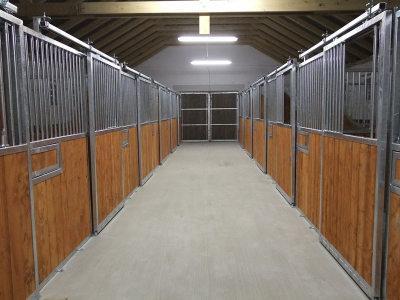 Easy ist ein Pferdeboxtyp, der durch die Firma Kutzmann produziert wird. Hochqualitative Ausfürhung und solide Materialien. Sehr empfehlenswert.