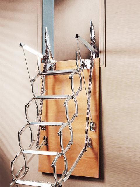 Escalera diseñada para cuando el asceso a la planta superior se haga por una pared vertical ,solo  se dispone de una medida estandar de 130X70 cm y tambien se puede fabricar a medida .