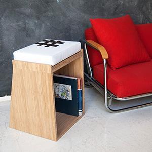 Sgabello-tavolino multifunzionale: si puoi usare come seduta o come tavolino. Il cuscino diventa un piano d'appoggio. Realizzato a mano. Il cuscino è in ecopelle e la struttura è in bambù o in toulipi