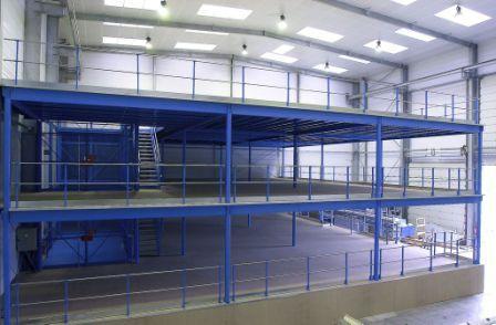 Les plates-formes mezzanines libèrent de la place au sol en même temps qu'elles augmentent vos surfaces de stockage, de production ou bureau en utilisant le maximum des volumes disponibles.
