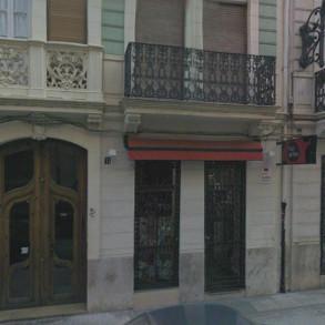 Este es un ejemplo de Local Comercial Premium en el centro de Valencia. Está en un edificio singular y se ofrece con un buen equipamiento.