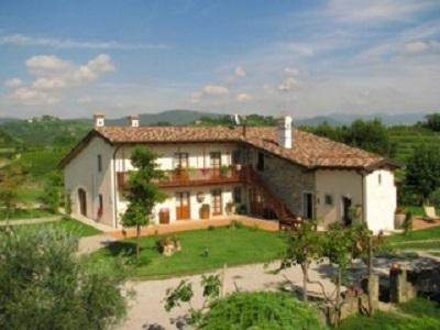 Ristrutturazione radicale della vecchia casa agricola per destinarla ad attività di ospitalità turistica al centro di una zona di produzione vinicola di alta qualità presso Gorizia