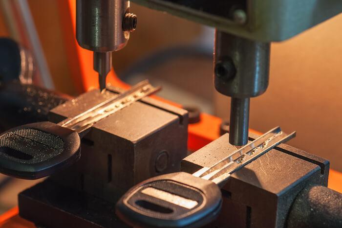 Egal ob Hausschlüssel, Wohnungsschlüssel, Briefkastenschlüssel, Vierkantschlüssel, Bartschlüssel, Tresorschlüssel, Kellerschlüssel. Sie können bei uns Ihre Schlüssel günstig vor Ort anfertigen lassen.