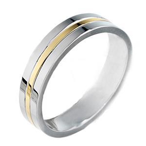 La alianza de boda PENHALTA 22 es una alianza de 4 mm fabricada en Oro de 18 quilates, que destaca por lo original de su diseño que combina el oro blanco y amarillo.
