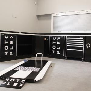 Arredo tecnico personalizzato Motoplex e  nano lift, il sollevatore moto più basso al mondo. per maggio informazioni visitate il nostro sito http://www.lv8.it/index/it/prodotti/categorie.html