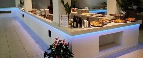 """Creazioni in marmo granito e marmotecnico """"Quarella"""" piani area buffet in QUARELLA BIANCO PALOMA"""