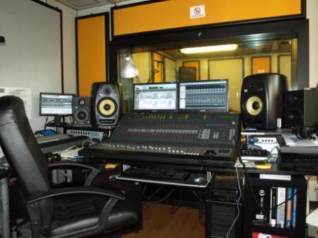 Una visuale della nostra control room, con la Contro 24, i diversi monitor audio e l'ampia visiva che si affaccia sulla sala ripresa.