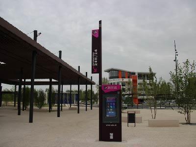 Borne extérieure à la gare de Dax
