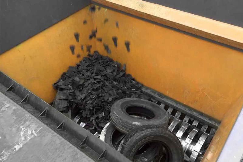 Atık lastiklerin çevreye zararlı durumlarından yola çıkarak lastiklerin geri dönüşümünü daha hızlı ve pratik olarak sorunsuz bir şekilde yapabilen bir Lastik Geri Dönüşüm Hattı ürettik.