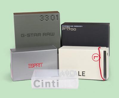 Scatole classiche, con aperture a cassetto, fustellate automontanti, tutte personalizzate e stampate, anche internamente, con accessori aggiunti come occhielli, lacci e maniglie.