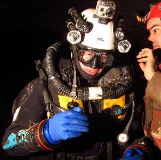 plongeur spéléo en grotte