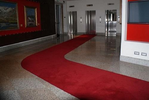 passatoia articolo 918 velluto rosso compresa di curvatura per atrio via monte di pietà milano