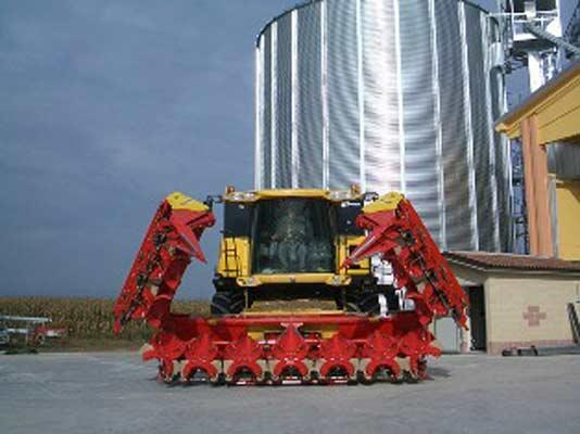 QUASAR HEADS CAN BE APPLIED TO ANY COMBINED HARVESTER. THEY ARE EQUIPPED WITH PERFECT MOTION AND ARE AVAILABLE IN A FULL RANGE OF MODELS EITHER FIXED OR FOLDING.
