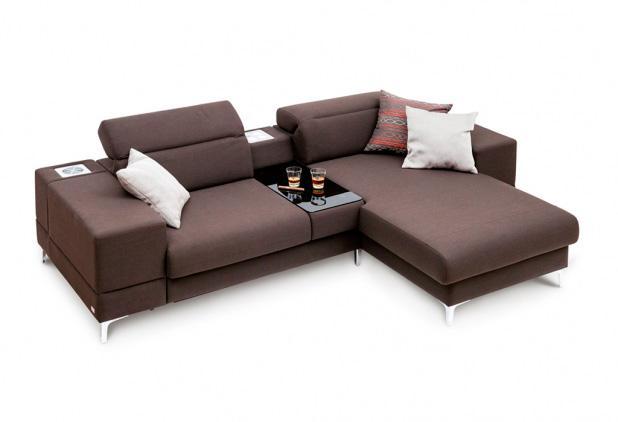 «Джули» - это концептуально новая модель мягкой мебели. В модели предусмотрены варианты комплектации стереосистемой и мини-баром, встроенным в мягкую боковину.