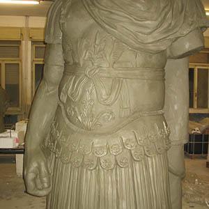 Un particolare della scultura alta 3 metri di Giuglio Cesare, inserita all'interno del parco acquatico Sea Life di Gardaland