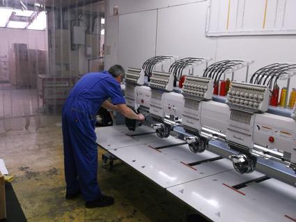 La partie broderie comprend 2 machines 6 têtes de 15 couleurs pour une personnalisation de textile en série.