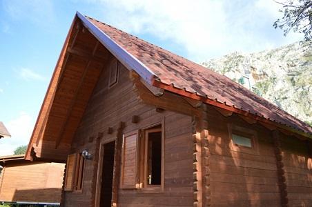 Baita in legno di mq 56 circa , realizzata con il sistema costruttivo blockhaus, comprensiva di piano mansardato calpestabile con annessa scala interna in legno.