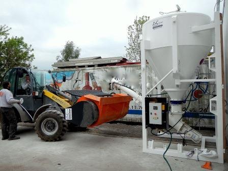 silos de chantier à ciment ou à chaux de 1 à 6 m³. Vis de 20 tonnes heure, commande à distance et armoire de gestion. Vibreur. Cuve étanche à l'eau et l'air. Remplissage par bigbag ou camion bulk.