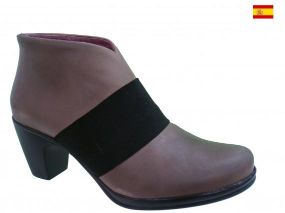 Leather women shoes, made in Spain with elastic straps for improving comfort.