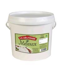 La mayonesa es la base de numerosas salsas, como la bearnesa, la tártara, la salsa rosa, etcétera. Además es una salsa de acompañamiento en todo tipo de alimentos.