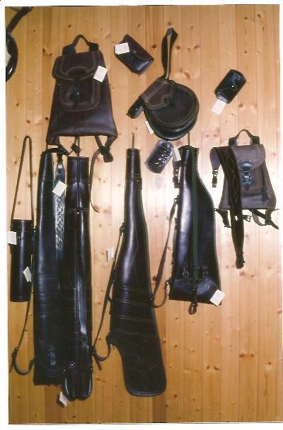 Conjunto de articulos destinados a la practica de la caza, la fotografia la componen fundas de rifle, fundas de escopeta,morrales etc..