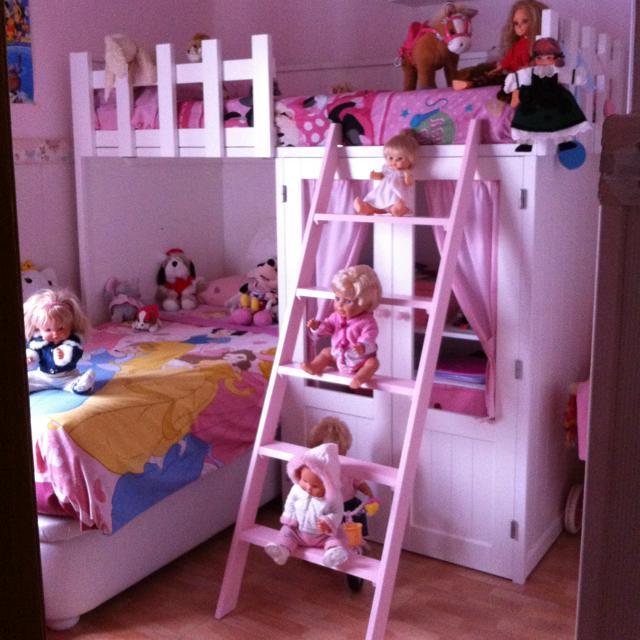 Dormitorio de diseño infantil en madera lacada de color blanco mate con toque en rosa.