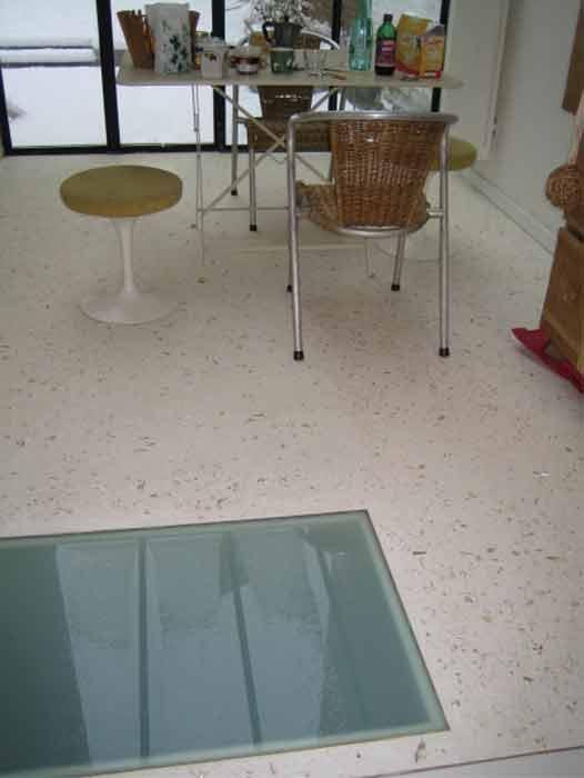 Le granito est un matériau de construction constitué de fragments de pierre naturelle et de marbre colorés agglomérés à du ciment, le tout poli jusqu'à lui donner le brillant d'une pierre naturelle