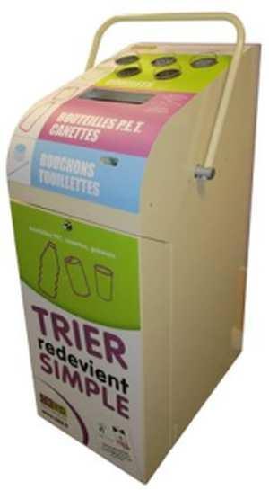 Le Facilo'tri permet de compacter les canettes et bouteilles plastiques et de collecter les gobelets et touillettes. Tout le tri des salles de pause dans un seul mobilier !
