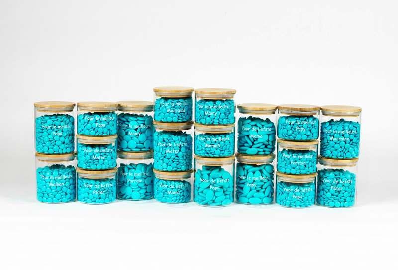 Figures – petit pots – boîtes – petites bouteilles – cartonnage – tulle – fleurs – accessoires – nominettes – autocollants – faire-parts et bannières – présentoirs – peluche