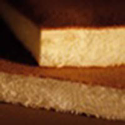 E' soffice e ha un gradevole aroma. La struttura del nostro pan di Spagna consente un assorbimento della bagna fino a due volte il proprio peso. Si presenta in fogli di 600 x 380 mm ed è alto 40 mm.