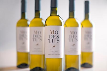 Modestu's is produced from traditional grape varieties of the sub-region Basto. Citrine color, fresh and fruity aroma is expressive in the mouth with a long and pleasant finish.