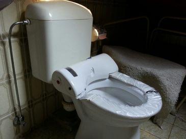 Protection de lunette wc de saniprotect pour l hygiene de vos toilettes son achat vous permet d'échaper au monopole couteux de la location des loueurs de lunette de wc protégé par une gaine automatic.