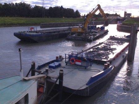 barges fendables, pontons lourds de dragage, pontons de forage, pousseurs, en location.