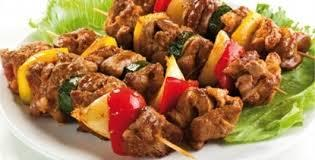 Brocheta con el autentico sabor al caribe, pollo, porcino.