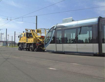 L'UNIMOG Rail-Route Nacelle est le concept idéal pour des applications telles  ue la maintenance caténaire et le remorquage de rames sur réseau tramway.