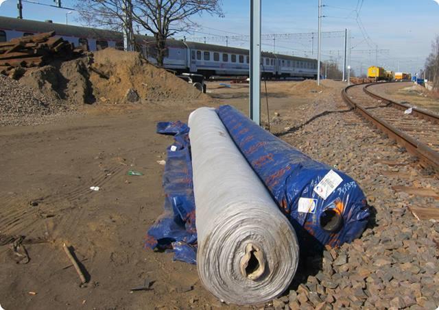 Geowłóknina TenCate TS przygotowana do wbudowania w podtorze kolejowe - Linia E59 Wrocław-Poznań/TenCate TS nonwoven geotextile before instalation on railway E59 Wrocław-Poznań. Dystr: Hydro-Centrum I