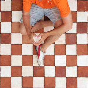 Artisan terracotta tiles handmade in Spain. We combined red and antique white 15x15 cm terracotta tiles.