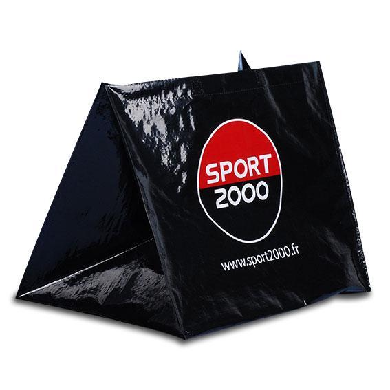 3 000 sacs cabas pour Sport 2000 en PP tissé 120 microns avec lamination mate. Format 50 x 40 + 35 cm. Impression 2 couleurs et poignées textiles longues 90 x 3 cm. Fabrication Européenne !!!