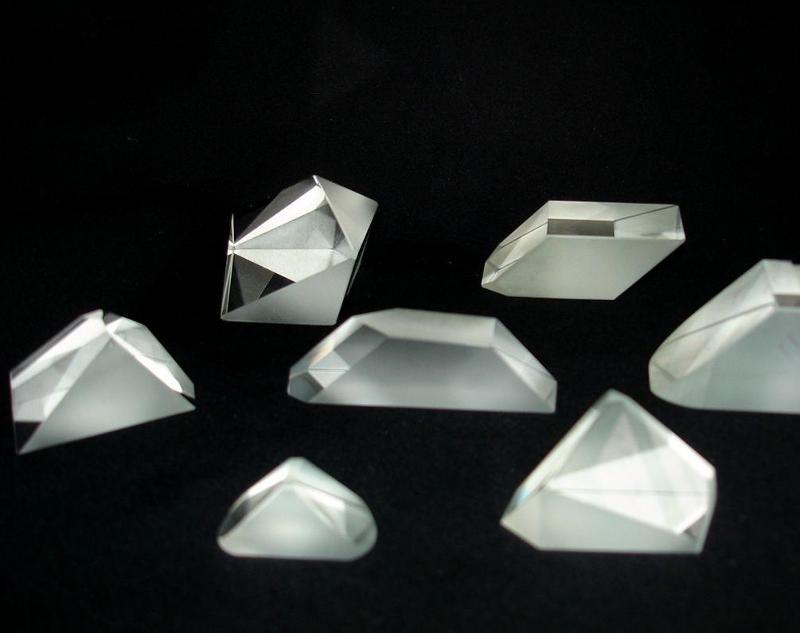 Prismen verschiedener Modifikationen, u.a. Winkelreflektore, Lichtteilungswürfel, ophthalmologische Prismen-Linsen, Axokone. Genauigkeit der Winkel - 2-3 sek. Seitengröße - 8-200 mm.