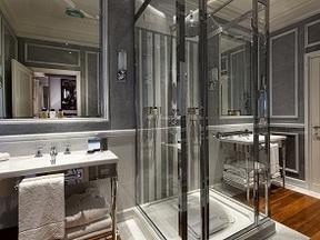 Progettazione e realizzazione di box doccia con struttura in acciaio inox e cristalli temperati e stratificati